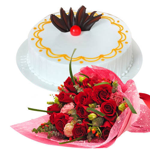 Enticing Combo of Vanilla Cake with Red Roses Bunch